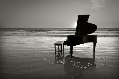 Piano-on-beach2[1]