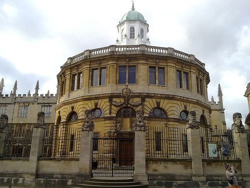 800px-The_Sheldonian_from_across_Broad_Street[1]