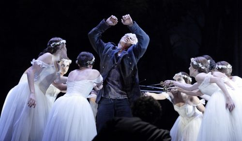 FAUST 2495ashm_0781 - HVOROSTOVSKY AS VALENTIN WITH DANCERS (C) CATHERINE ASHMORE (800x466)