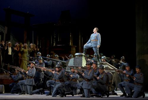 FILLE BC20120416632 LEE AS TONIO WITH ROH CHORUS (C) COOPER (800x541)