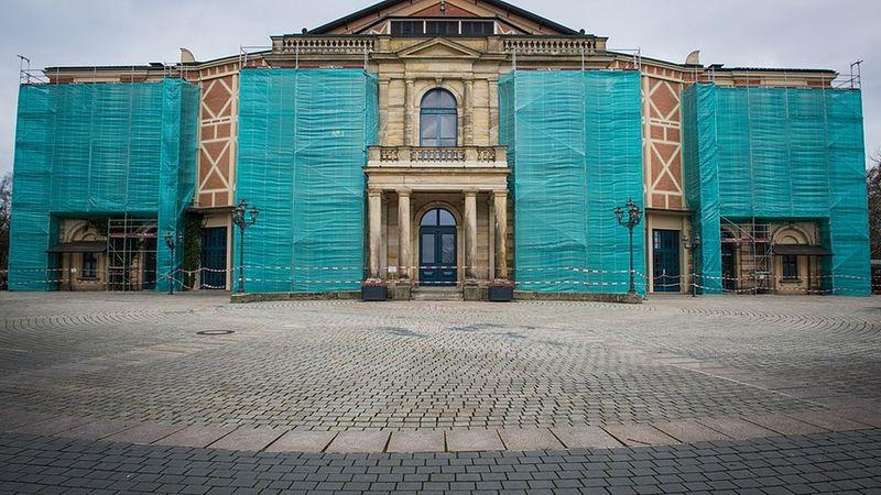Festspielhaus-bayreuth-geruest-100~_v-image853_-7ce44e292721619ab1c1077f6f262a89f55266d7[1]